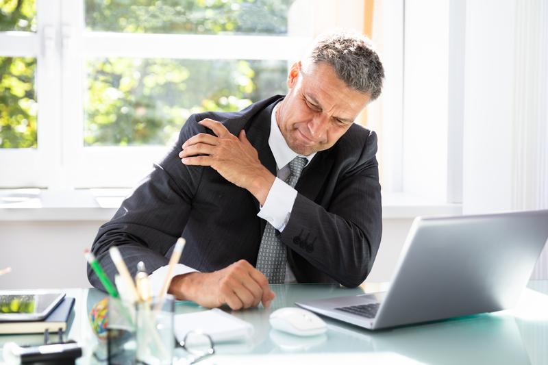 Vi hjælper med at løsne op for skuldersmerter.